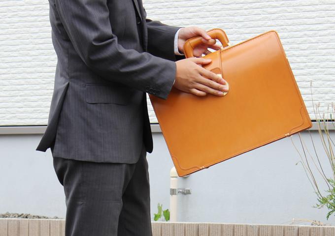 ガチャンと鍵をかけられるタイプの、いい意味で「大袈裟」感のあるビジネスバッグ