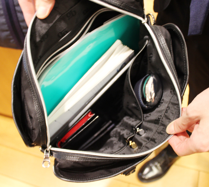 書類やファイル、手帳、書籍、財布、ペットボトルなんかが、全てスッポリと収まるサイズ