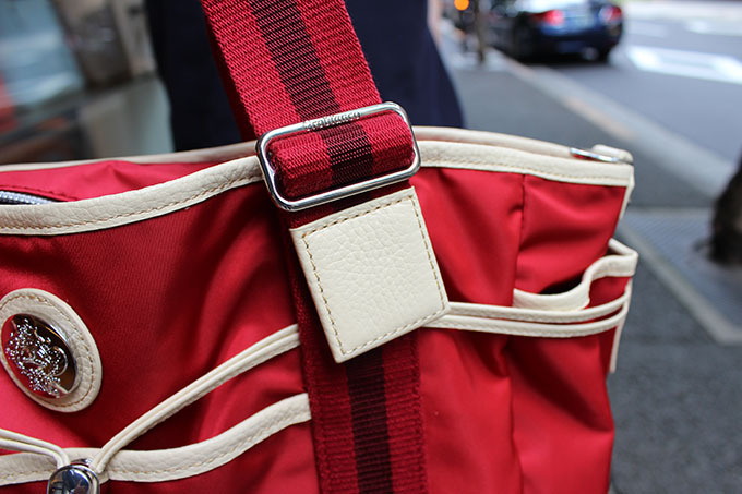 バッグの赤